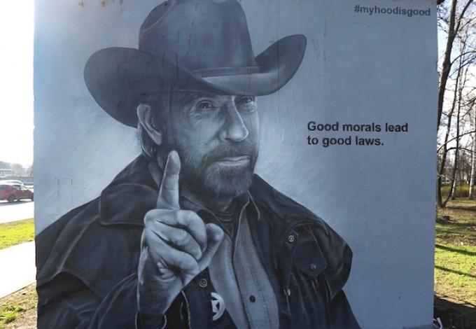 На Приморском проспекте появился граффити-портрет Чака Норриса